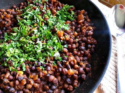 spicy-black-kala-chana-indian-spices-xacuti-recipe-vegetarian-vegan-salads-sweet-peppers