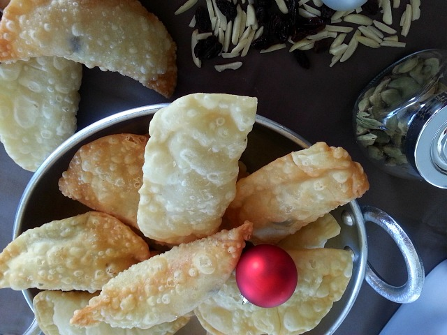 Neureos deep fried sweet coconut dumplings goanimports neureos sweet karanji goan christmas sweets maharashtra forumfinder Images